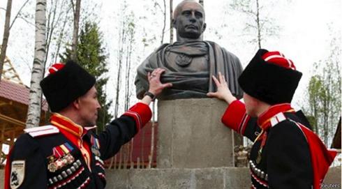 Путину установили памятник, изобразив его римским императором - фото