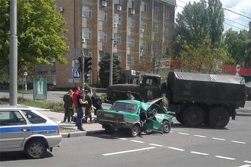 В Донецке военный грузовик раздавил легковушку с ветеранами - фото