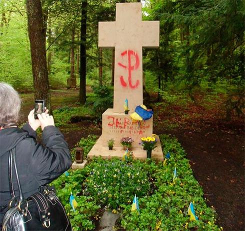 В Мюнхене снова осквернили могилу Бандеры - фото