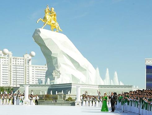 В Туркменистане установили позолоченный памятник президенту - фото