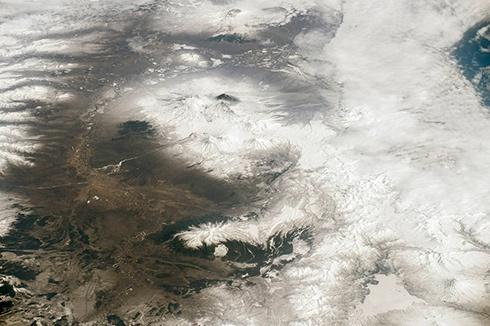 NASA показала как выглядят из космоса вулканы Камчатки - фото