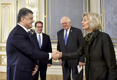 Порошенко рассказал конгрессменам США о текущей ситуации на Донбассе - фото