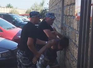 Крымский «Беркут» встречает туристов головой о стену - фото
