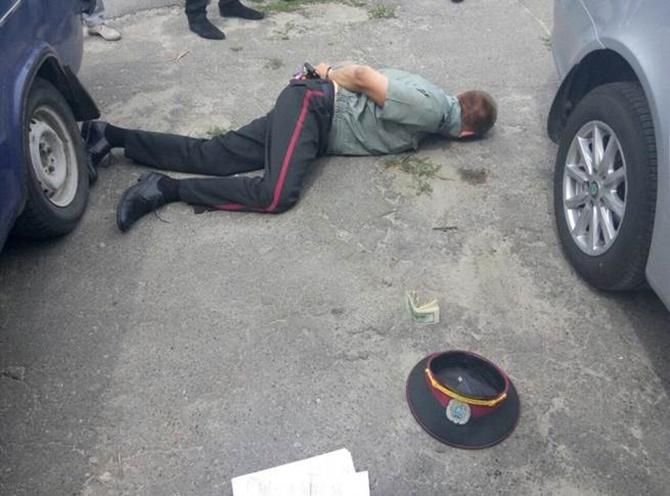 «На горячем» поймали чиновников исправительных учреждений - фото