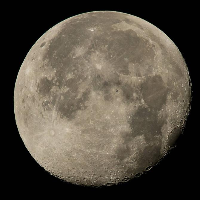 NASA показала фото МКС на фоне полной Луны - фото