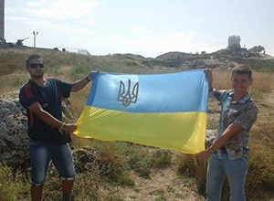 Оккупанты арестовали крымчан за фото с украинским флагом - фото