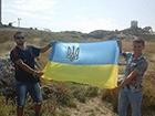 Оккупанты арестовали крымчан за фото с украинским флагом