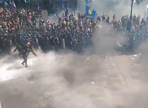 Под ВР произошли столкновения, в милицию бросили гранату - фото