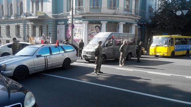 Правый сектор перекрыл улицу возле ВР - фото