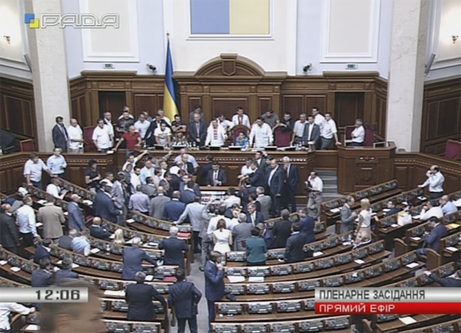 Президиум ВР продолжают блокировать, Гройсман открыл заседание - фото
