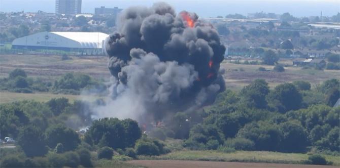В Великобритании во время авиашоу рухнул бомбардировщик, есть жертвы - фото