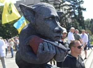 В Запорожье установили памятник упырю, очень напоминающего Путина - фото
