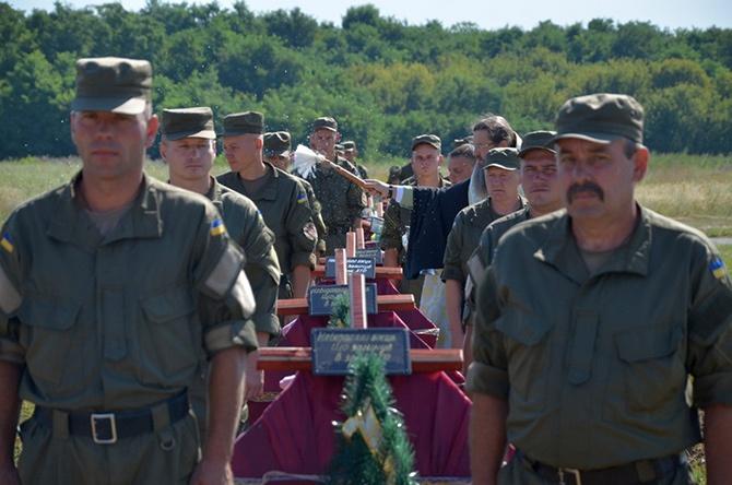 Возле Запорожья похоронили 57 неизвестных бойцов, погибших в основном под Иловайском - фото