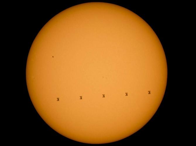 Фотографию МКС, пролетающей на фоне Солнца, показала NASA - фото