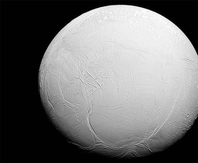 NASA показала фото ледяного Энцелада - фото