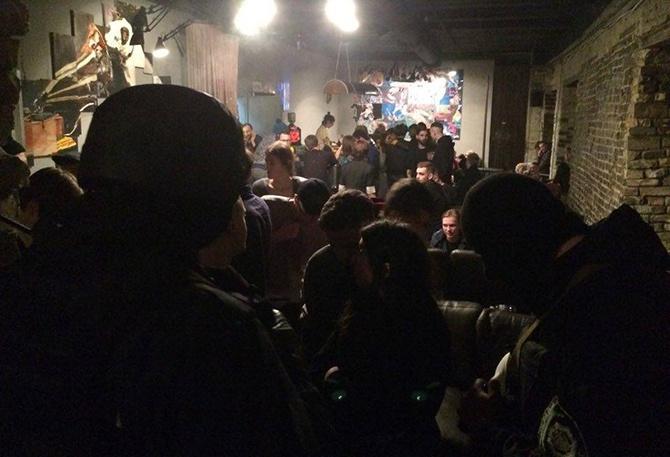 Полицию обвиняют в избиении и незаконных обысках во время наведывания в арт-клуб «Closer» - фото