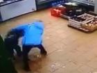 Мать жестоко избила своего ребенка в магазине из-за 2 тысяч рублей [Видео]