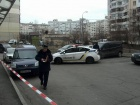 Из автомобиля трижды выстрелили в мужчину возле многоэтажек Дарницкого района