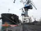 В порту Южный разгружают прибывший африканский уголь