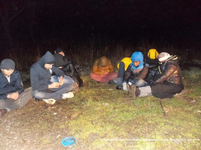 На Закарпатье задержали 17 нелегальных мигрантов - фото