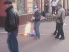 В центре Москвы сорвали, разорвали и сожгли флаг Украины