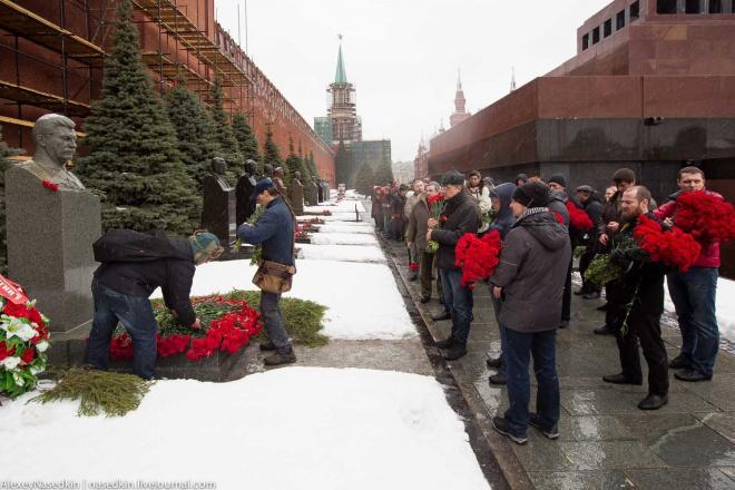 В Москве люди массово несли цветы к могиле Сталина - фото
