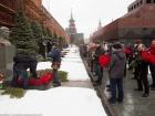 В Москве люди массово несли цветы к могиле Сталина
