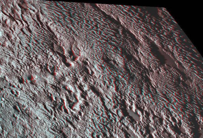 Участок поверхности Плутона, напоминающую змеиную кожу, показала НАСА - фото
