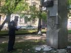 Во Львове пытались снести памятник советскому поэту, полиция жестоко избила активистов