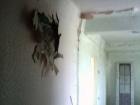 Снаряд боевиков попал в многоэтажку в Красногоровке, есть раненые