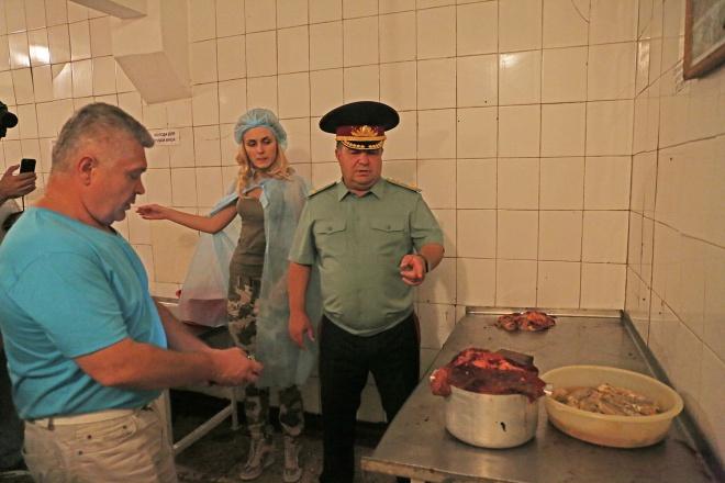 Инспекцию не пускали в пищеблок 28-й бригады, пришлось звать министра - фото