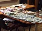 В служебном кабинете киевский налоговик держал почти 2 млн грн, десятки и сотни тысяч долларов, евро и фунтов