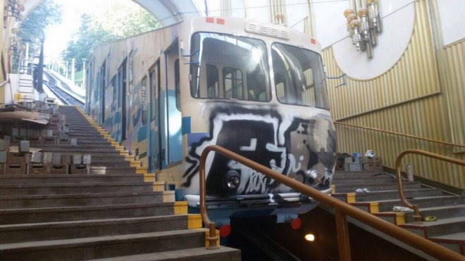 ВКиеве открытие фуникулера сорвали неизвестные, разрисовавшие вагон