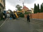В Киеве на жилой дом упал автокран