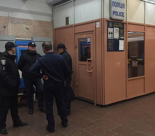 ВКиеве настанции метро «Лыбедская» произошла стрельба, ранен полицейский