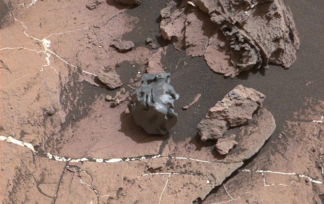 Марсоход нашел металлический метеорит интересной формы - фото