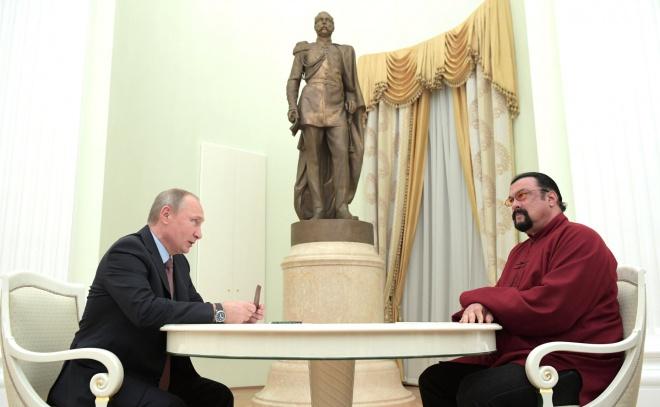 Путин вручил Стивену Сигалу российский паспорт - фото