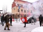В Петербурге забросали костями и файерами украинское консульство