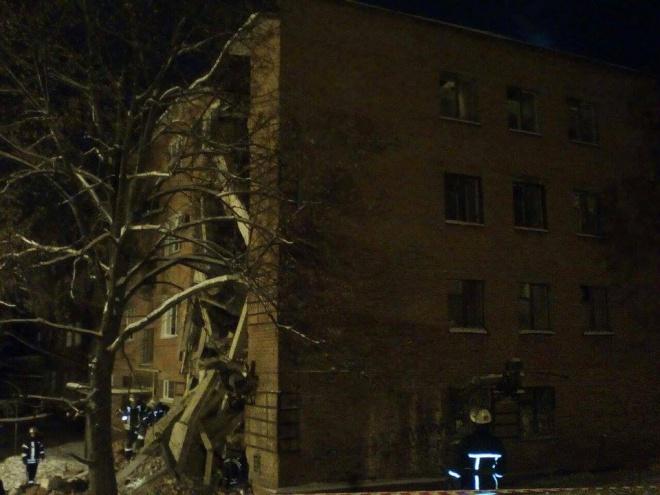Из-под завалов дома в Чернигове достали тела двух людей - фото