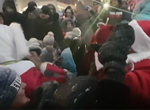 Россияне устроили давку из-за бесплатной банки Кока-Колы (видео) - фото