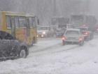 В Киеве грузовик влетел в остановку, постраждал человек