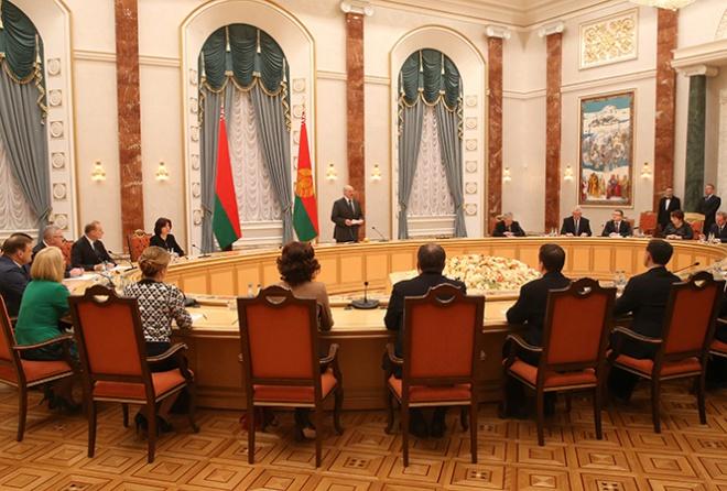 Лукашенко: Нам независимость очень дешево досталась, сегодня за нее воюет братская Украина - фото