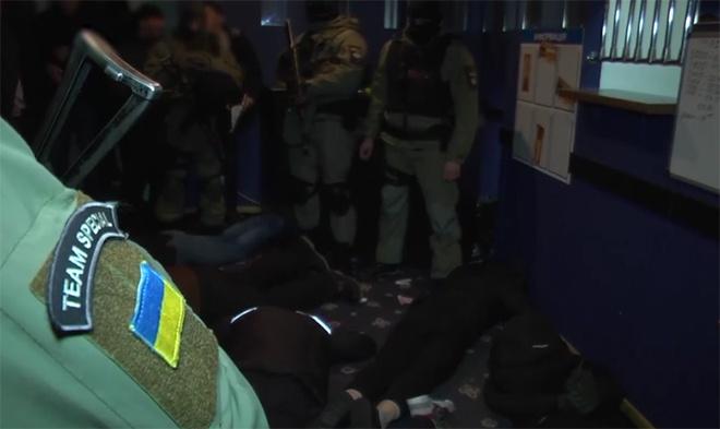 В Киеве полиция задержала 27 человек при нападении на игорное заведение - фото