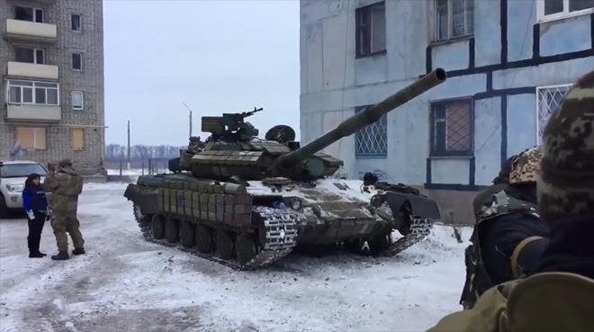 Наличие танков в Авдеевке пояснили в Минобороны - фото