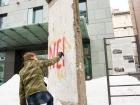 Нардеп Гончаренко разрисовал фрагмент Берлинской стены перед посольством Германии