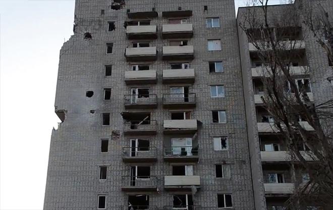 Как «рашисты» из танков многоэтажку в Авдеевке продырявили - видео - фото