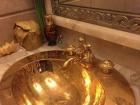 У должностного лица, которое задолжало работникам несколько миллионов, при обыске нашли золотой умывальник, часы от президента РФ