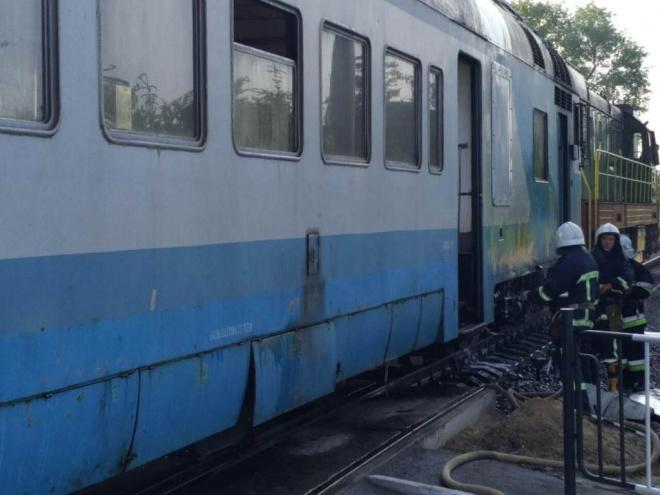 В Черновцах задымился поезд, пассажиры выпрыгивали из окон - фото
