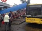 В Киеве автобус снес остановку, водитель скрылся