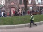 Голый парень на Крещатике решил проверить как бегают патрульные